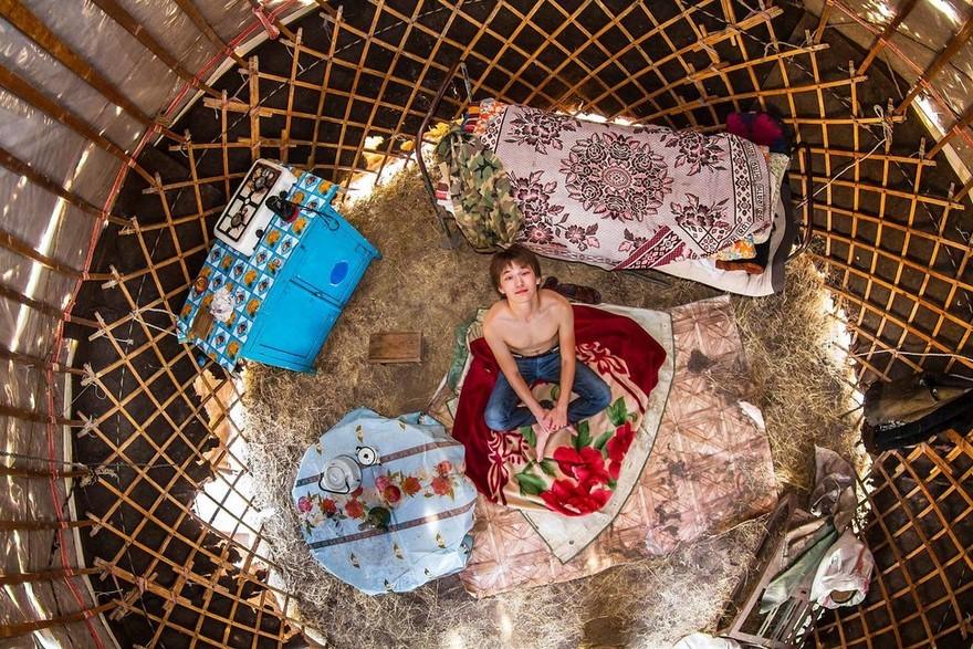 bedrooms-around-world-my-room-project-john-thackwray-7-57fb3802eb37d-jpeg__880